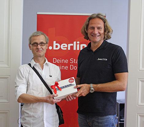 Rainer Nick (nick.berlin) und Dirk Krischenowski von dotBerlin bei der Übergabe des iPad minis